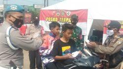 Personel Polsek Cipeundeuy Intens Awasi Kegiatan Masyarakat di Pasar Tradisional
