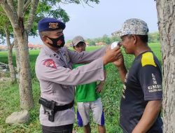 Peduli Kesehatan, Brimob Jabar Bagikan Masker Gratis Kepada Warga Gempol