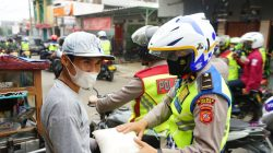 KABID HUMAS POLDA JABAR : SINEGRITAS TNI-POLRI TERLIHAT KETIKA MEMBERIKAN BANSOS DITENGAH PPKM